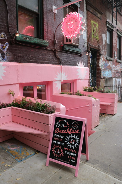 Pietro Nolita-ravintolan pinkki edusta värittämässä muuten väritöntä katua.