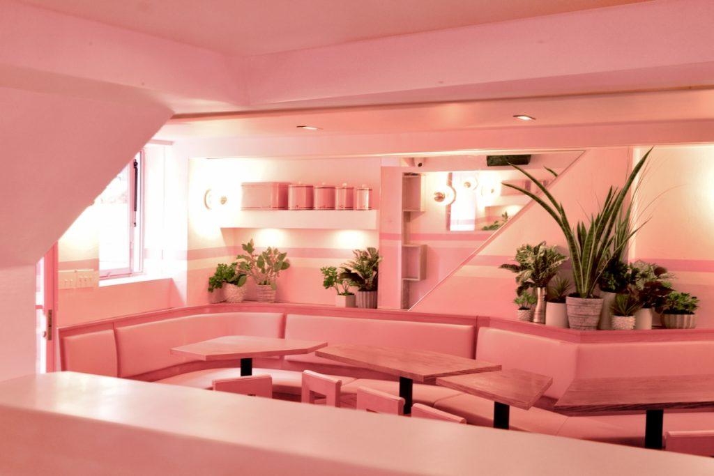 Pietro Nolita-ravintolan vaalean punainen sisustus lattiasta kattoon.