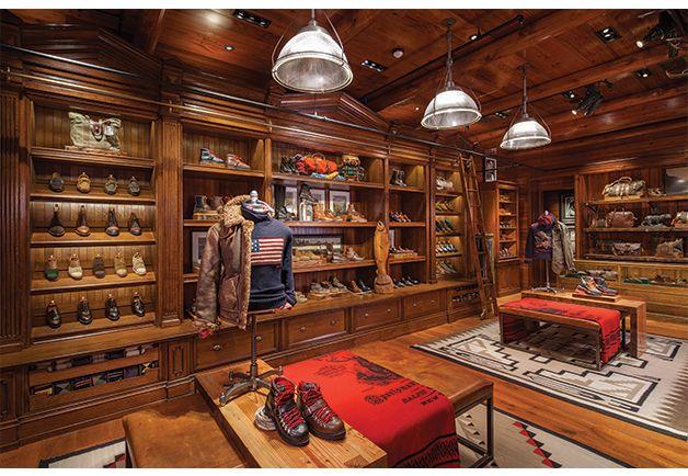 Ralph Laurenin myymälä, jossa lukuisat kengät aseteltu seinälle.