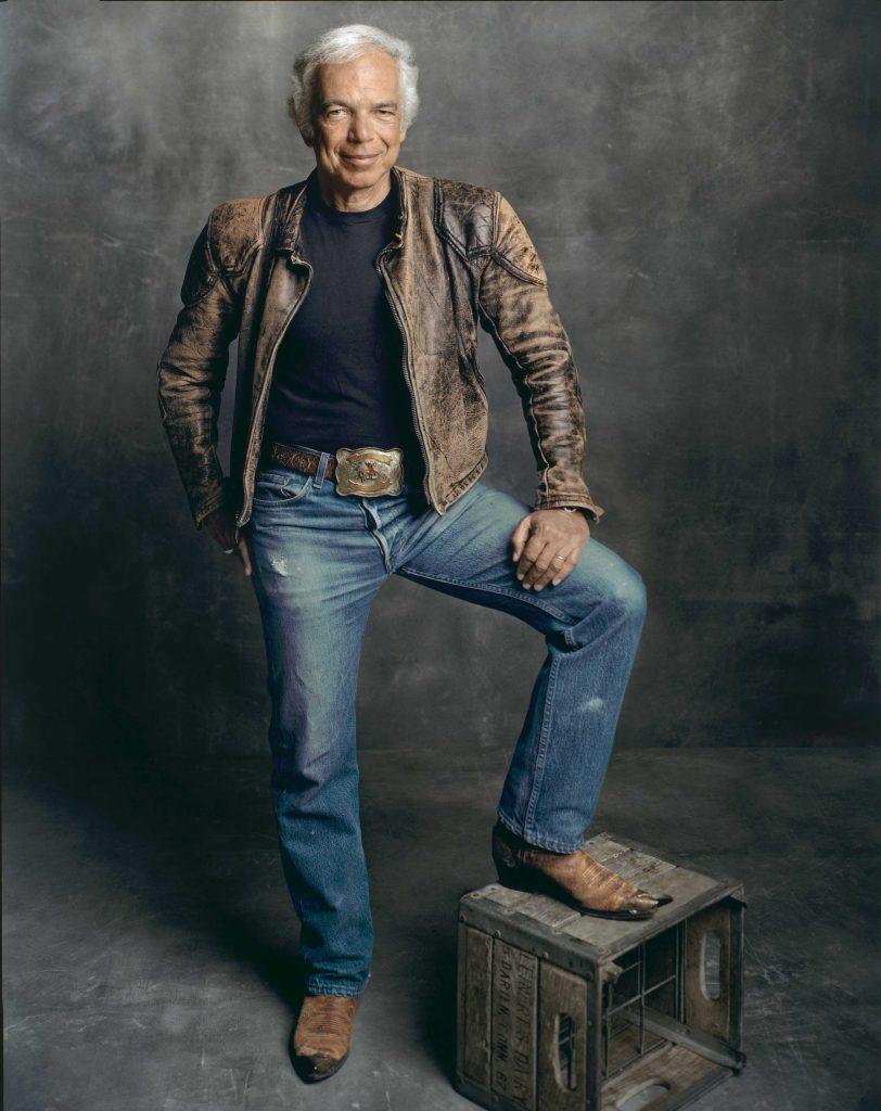 Ralph Lauren poseeraa viekkaasti jalka vanhan puukorin päällä.