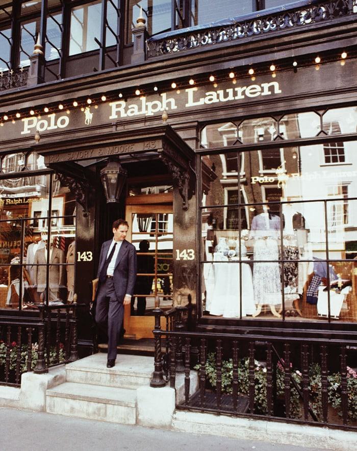 Ralph Lauren myymälän ovesta astelee tyylikäs herra puvussa.