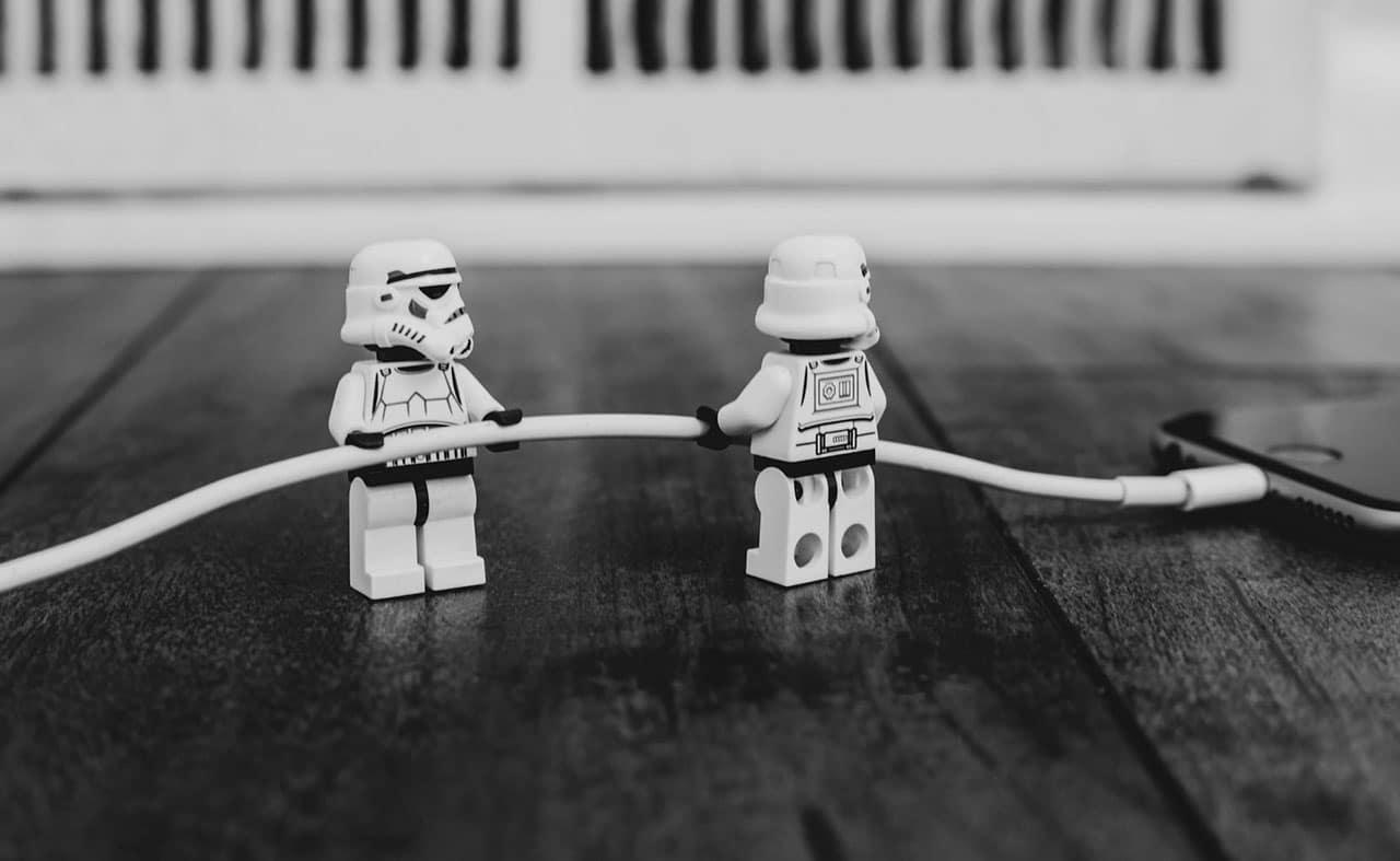 Star warsin legohahmot pitelevät puhelimen laturia ilmassa.