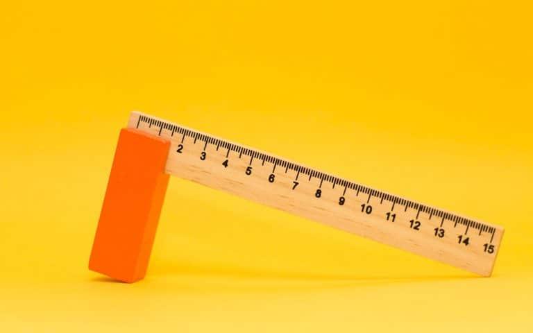 Puinen mittanauha pirteän keltaisella taustalla symboloi viestinnän mittaamista.