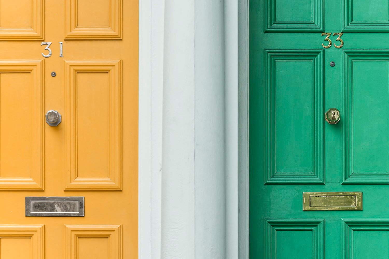 Kaksi erilaista ovea vierekkäin.