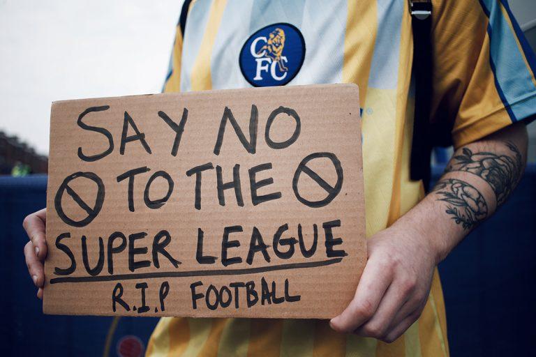 Chelsean fani protestoimassa Euroopan Superliigaa