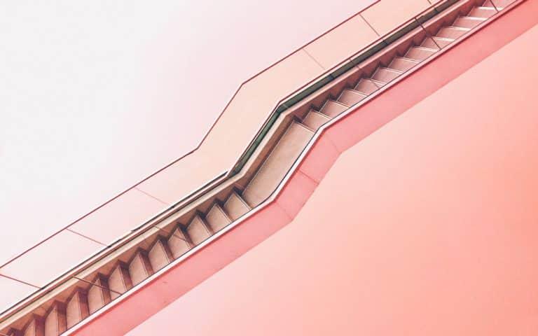 Vaaleanpunaiset portaat.
